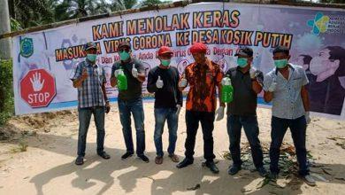 Photo of Kepala Desa Kosik Putih Gandeng DPC Granat  Kab Paluta Bagikan Alat Semprot Kepada Warga.