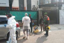 Photo of Babinsa Kelurahan Tegallega Bersama Masyarakat laksanakan Penyemprotan